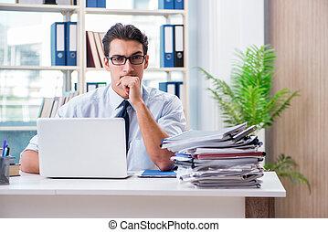 obchodník, s, nadměrný, běžet, papírování, pracovní, do, úřad