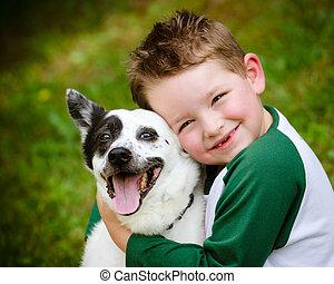 obejmuje, jego, miłośnie, pieszczoch, pies, dziecko