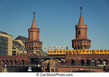 oberbaum bridge (Oberbaumbruecke) in berlin, kreuzberg -...