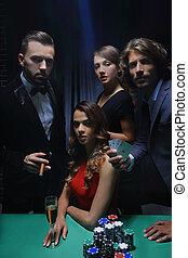 oberklasse, friends, gluecksspiel, in, a, casino.