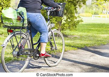 obeso, mulher, ande uma bicicleta