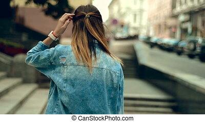obraca, młody, usteczka, ulica, przechadzki, sexy, dziewczyna, aparat fotograficzny, czerwony