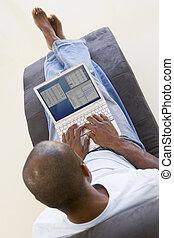 obsadzać posiedzenie, w krześle, używający laptop