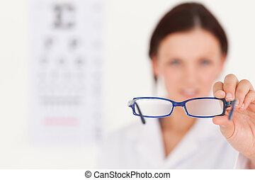 obscurecido, oculista, mostrando, óculos