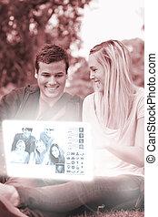 observar, par, jovem, alegre, fotografias, digital, interface