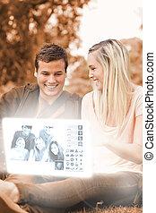 observar, par, jovem, fotografias, digital, interface, feliz