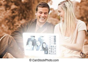 observar, par, parque, jovem, junto, fotografias, luminoso, digital, interface, feliz