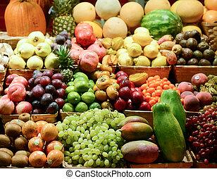 obststand, mit, verschieden, bunte, frische früchte gemüse, -, markt, reihe