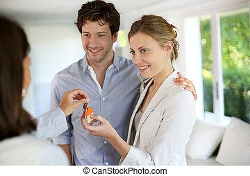 obtenir, clés, couple, jeune, leur, nouvelle maison, heureux