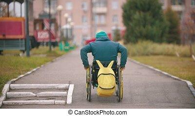 obtenir, homme, handicapé, rampe, fauteuil roulant, sur, ...
