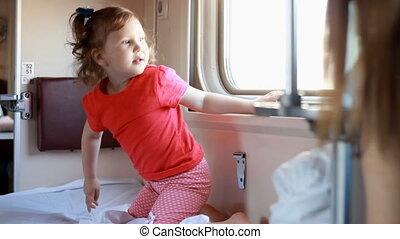 obtenir, train., voyages, voiture d'enfant, sommeil, voyager, enfant, prêt, ferroviaire, girl