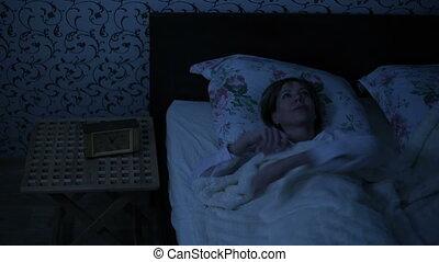 obtient, coup, effet, lumière, moyenne, haut, bed., américain, bas, nuit, froid, réveiller, dehors, girl, night., key.