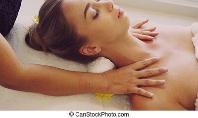 obtient, therapist., femme, masage, spa, épaule