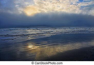 océan orageux, coucher soleil