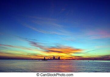 océano, cielo azul, y, salida del sol
