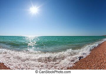 océano ondea, rodante, a, orilla, debajo, un, cielo azul, con, el, sol