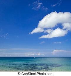 océano, paisaje, con, azul, cielo nublado, y, velero