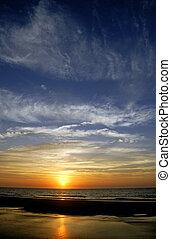 océano, salida del sol, con, nubes oscuras