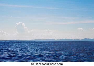 océano, superficie, y azul, cielo, con, nubes, con, vista montaña