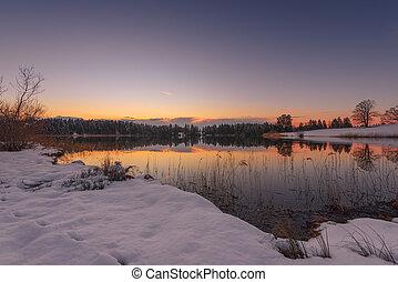 ocaso, de, idílico, lago pequeño, en, invierno, en, baviera