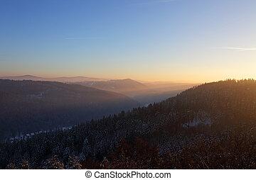ocaso, en las montañas