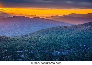 ocaso, encima, el, montañas azules arista, de, tabla, roca, en, el, borde, de, linville, cañón, en, pisgah bosque nacional, norte, carolina.