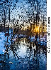 ocaso, encima, un, riachuelo, en, un, nieve cubrió, bosque, cerca, abbottstown,