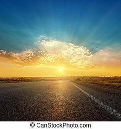 ocaso, nubes, camino, asfalto