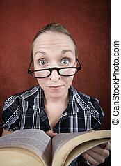 occhi grandi, donna, libro, lettura