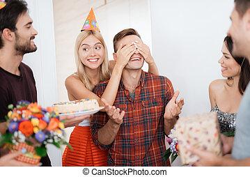 occhi, suo, chiuso, apparecchiato, lei, birthday., sorpresa, ragazza, ha, tipo, hands.