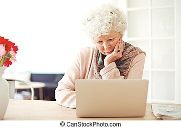 occupé, elle, ordinateur portable, femme, brouter, personne agee