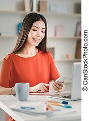 occupé, elle, travailleur indépendant, vérification, téléphone, e-mail