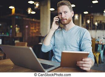 occupé, homme affaires, multitâche, dans, café