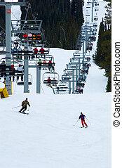 ocupado, esqui neve, recurso, com, chairlift