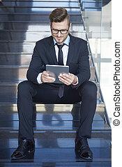 ocupado, hombre de negocios, sentado sobre los pasos