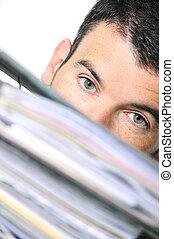 ocupado, hombre, se esconder atrás, un, pila de archivos