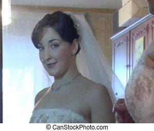 odbicie, jej, readjusting, lustro, panna młoda, ślub, welon