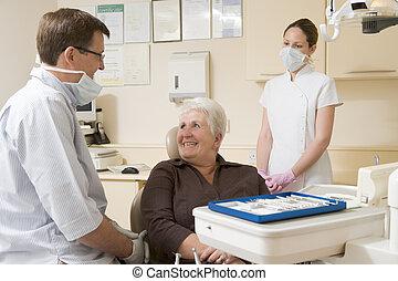 odontólogo, e, assistente, em, quarto exam, com, mulher, cadeira, sorrindo
