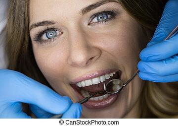 odontólogo, examinando, um, paciente, dentes, em, a, dentist.