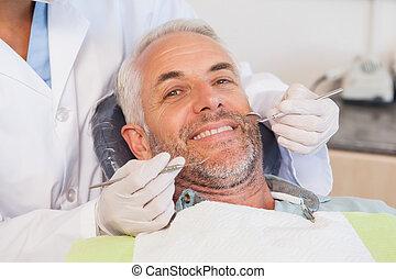 odontólogo, examinando, um, pacientes, dentes, em, a, dentistas presidem