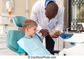 odontólogo, explicando, a, dental, procedimento