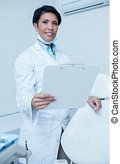 odontólogo, femininas, segurando, sorrindo, área de transferência