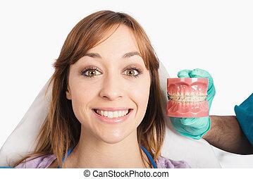 odontólogo, mostra, como, aplicar, um, cinta
