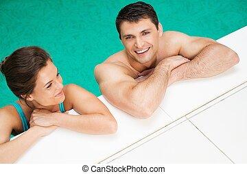odprężając, para, młody, radosny, kałuża, pływacki