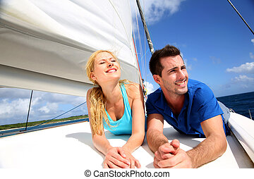 odprężając, słoneczny, para, jacht, uśmiechanie się, dzień