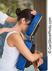 odprężony, dostając, krzesło, masaż, brunetka