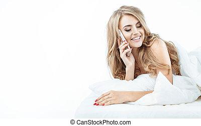 odprężony, portret, blondynka, używając, smartphone