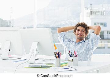odprężony, przypadkowa sprawa, człowiek, z, komputer, w,...