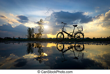 odraz, o, silueta, jezdit na kole park, dále, ta, waterfront