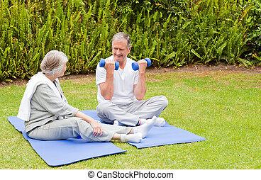oefeningen, hun, paar, tuin, middelbare leeftijd